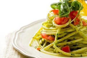 Spagetti petrezselyem pestoval és paradicsommal